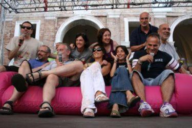 sul palco del caterraduno. Marina al centro La banda di caterpillar al completo più Marco Santin della gialappa's...